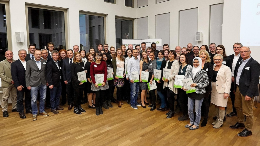 Die neuen Deutschlandstipendiatinnen und -stipendiaten mit ihren Förderer auf der Vergabefeier an der Hochschule Fulda. (Foto: Nicole Dietzel)